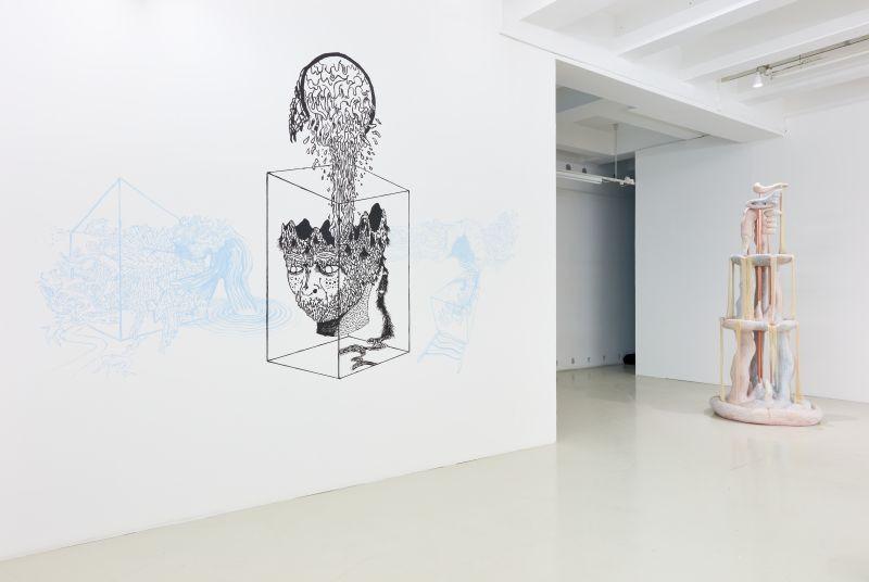 Kiállítási látkép – előtérben: prokaryote precariat: Corpus Separatum (részlet, a Brainfatigue-gal együttműködésben), 2019. (vegyes technika) és Keresztes Zsófia: Szökőkút, 2017. (üvegmozaik, purhab, cementhabarcs, cérna, réz) | Fotó: Biró Dávid