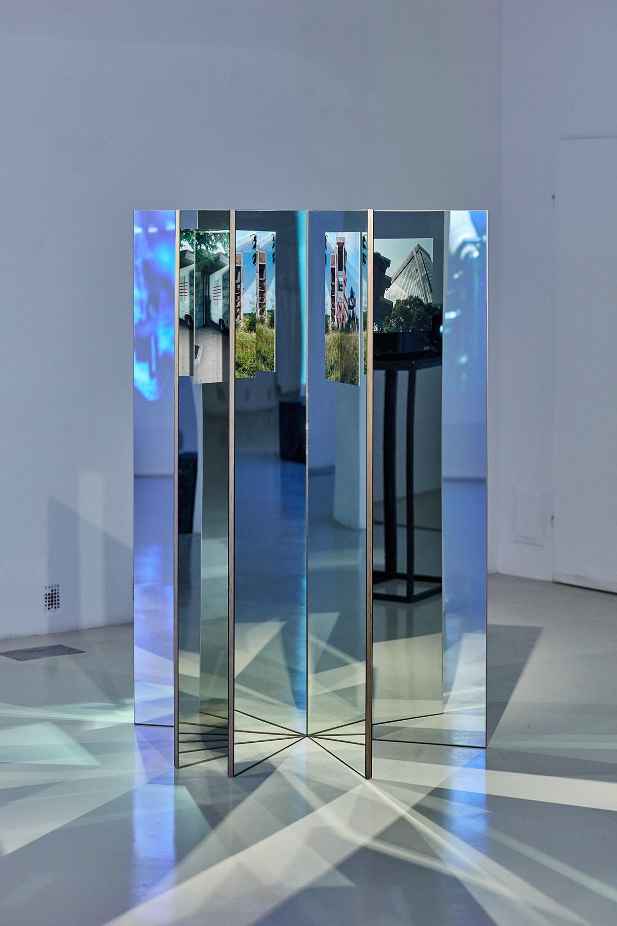 Andreas Fogarasi: Étoile (Red), 2018. plywood, mirror, c-prints | photo: Dávid Biró