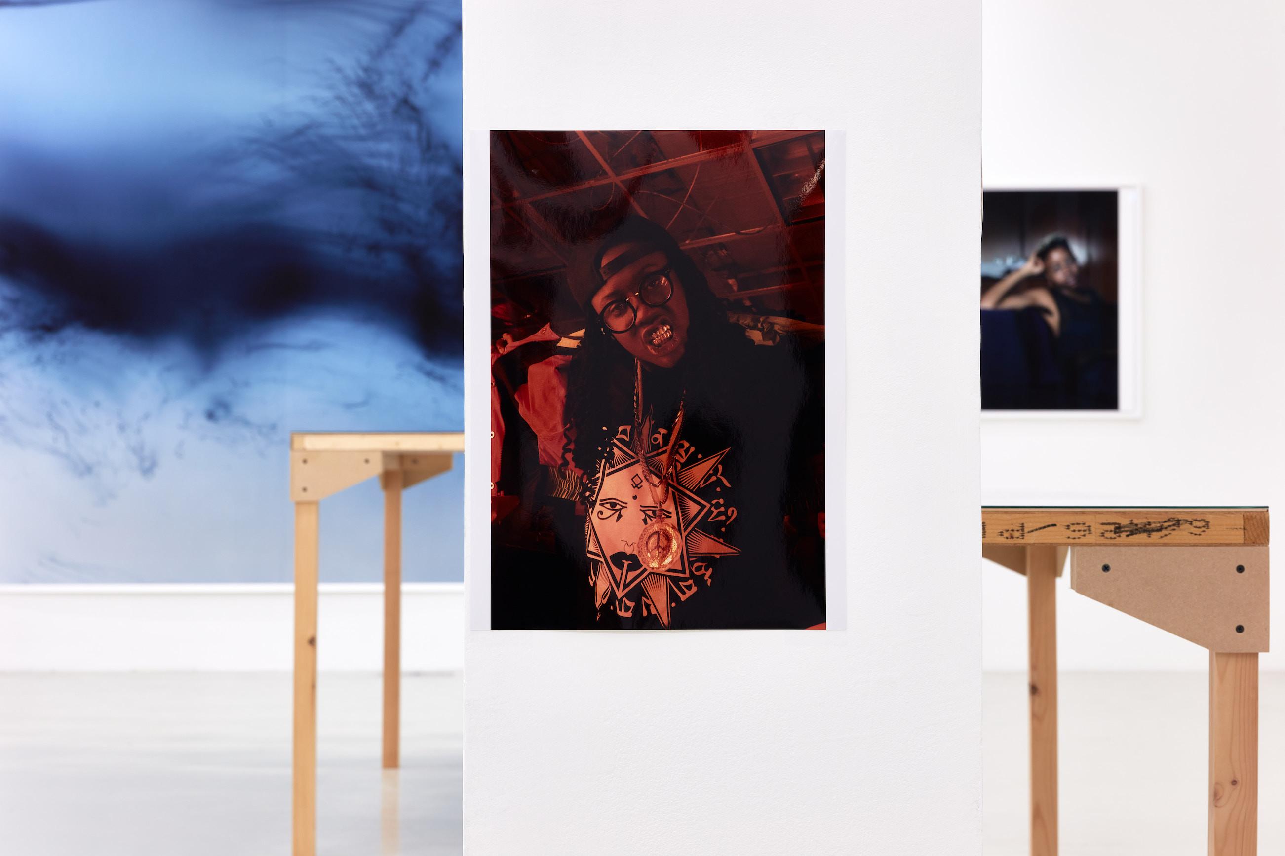Wolfgang Tillmans: A te tested a tiéd . Kiállítási látkép, Trafó Galéria, 2021. Középen: Charlie Sheena, The Spectrum / Dagger, 2014. Fotó: Biró Dávid