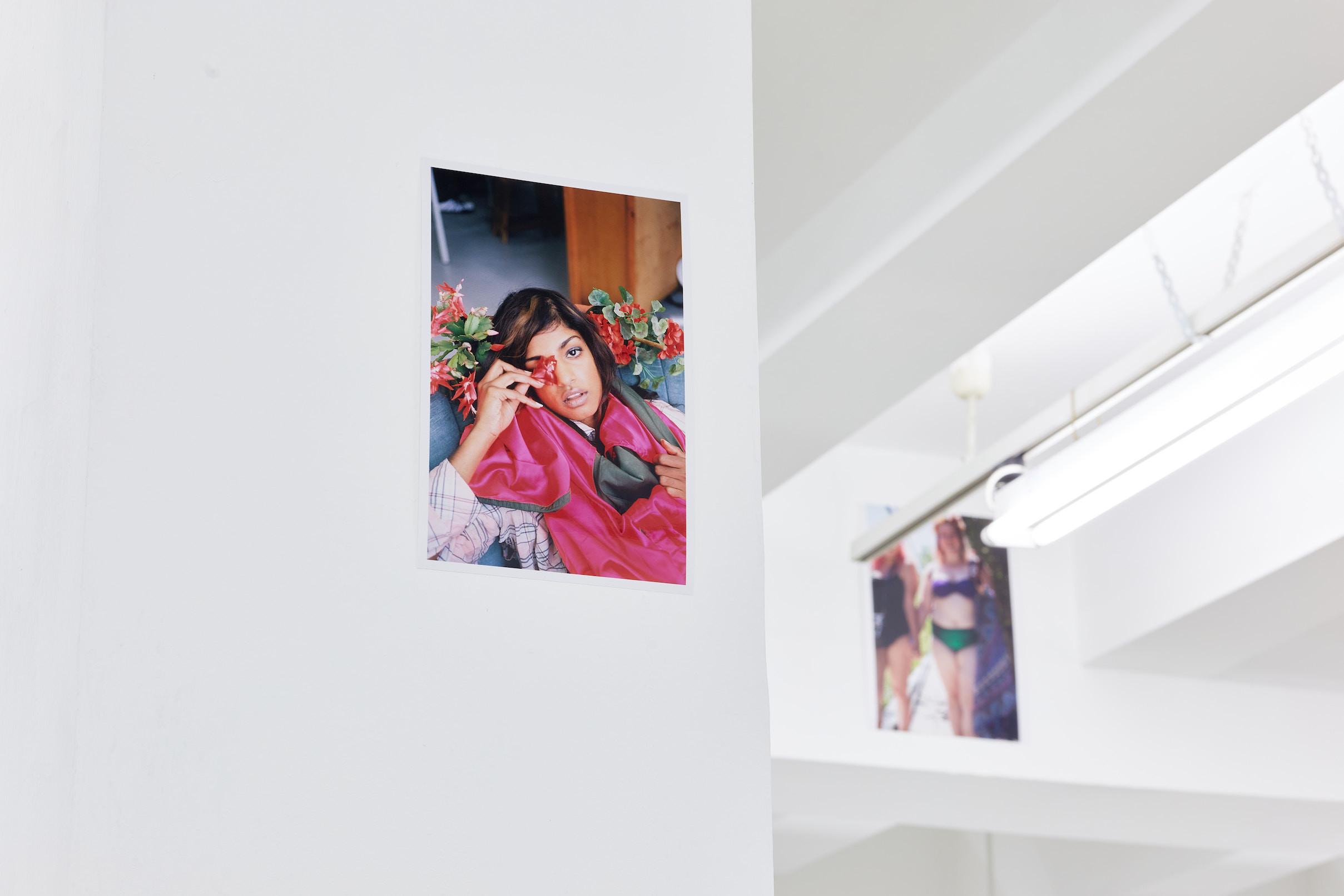 Wolfgang Tillmans: A te tested a tiéd . Kiállítási látkép, Trafó Galéria, 2021. Balra: M.I.A., 2005. Fotó: Biró Dávid