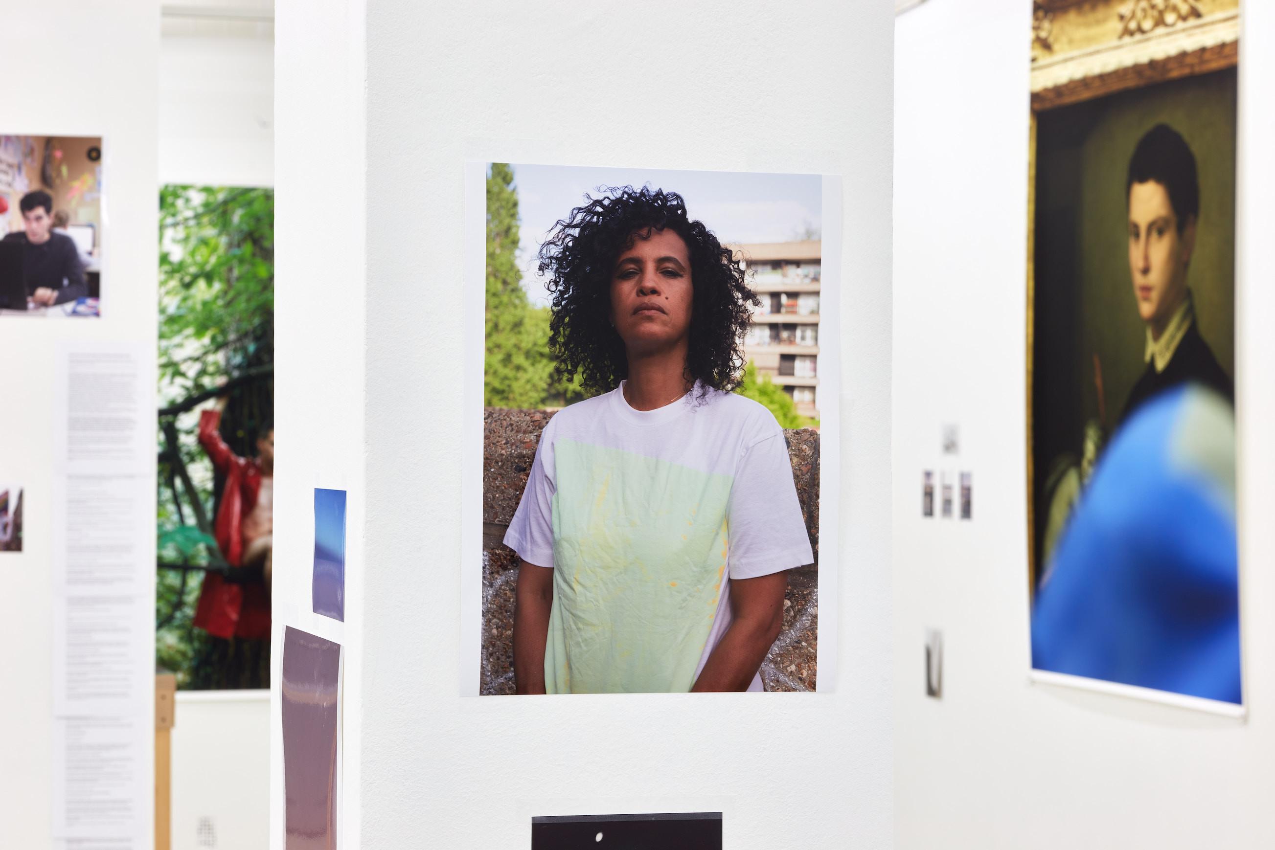 Wolfgang Tillmans: A te tested a tiéd . Kiállítási látkép, Trafó Galéria, 2021. Középen: Neneh Cherry , 2018. Fotó: Biró Dávid
