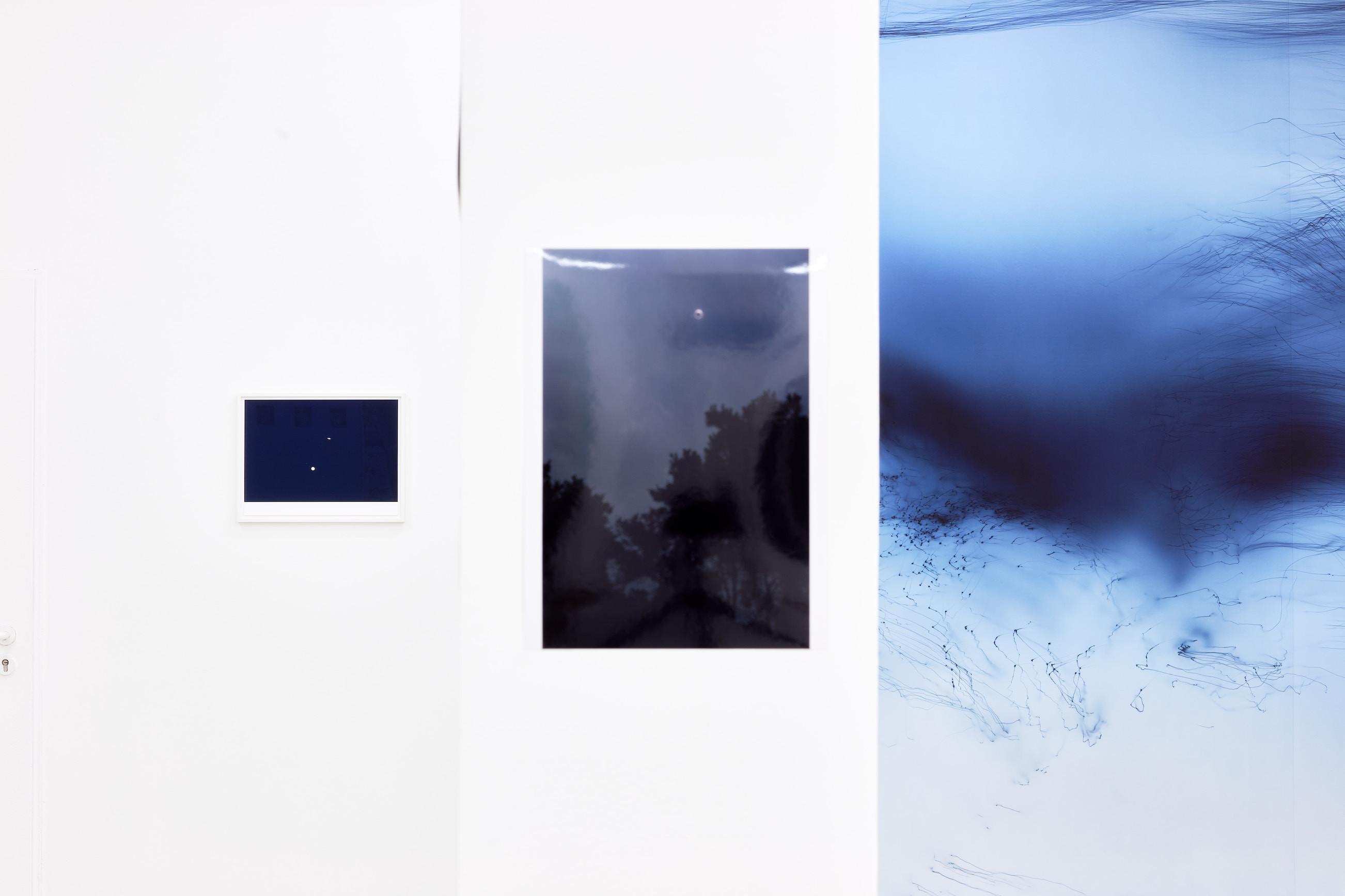 Wolfgang Tillmans: A te tested a tiéd . Kiállítási látkép, Trafó Galéria, 2021. Középen: Eclipse, China (b), 2009. Fotó: Biró Dávid