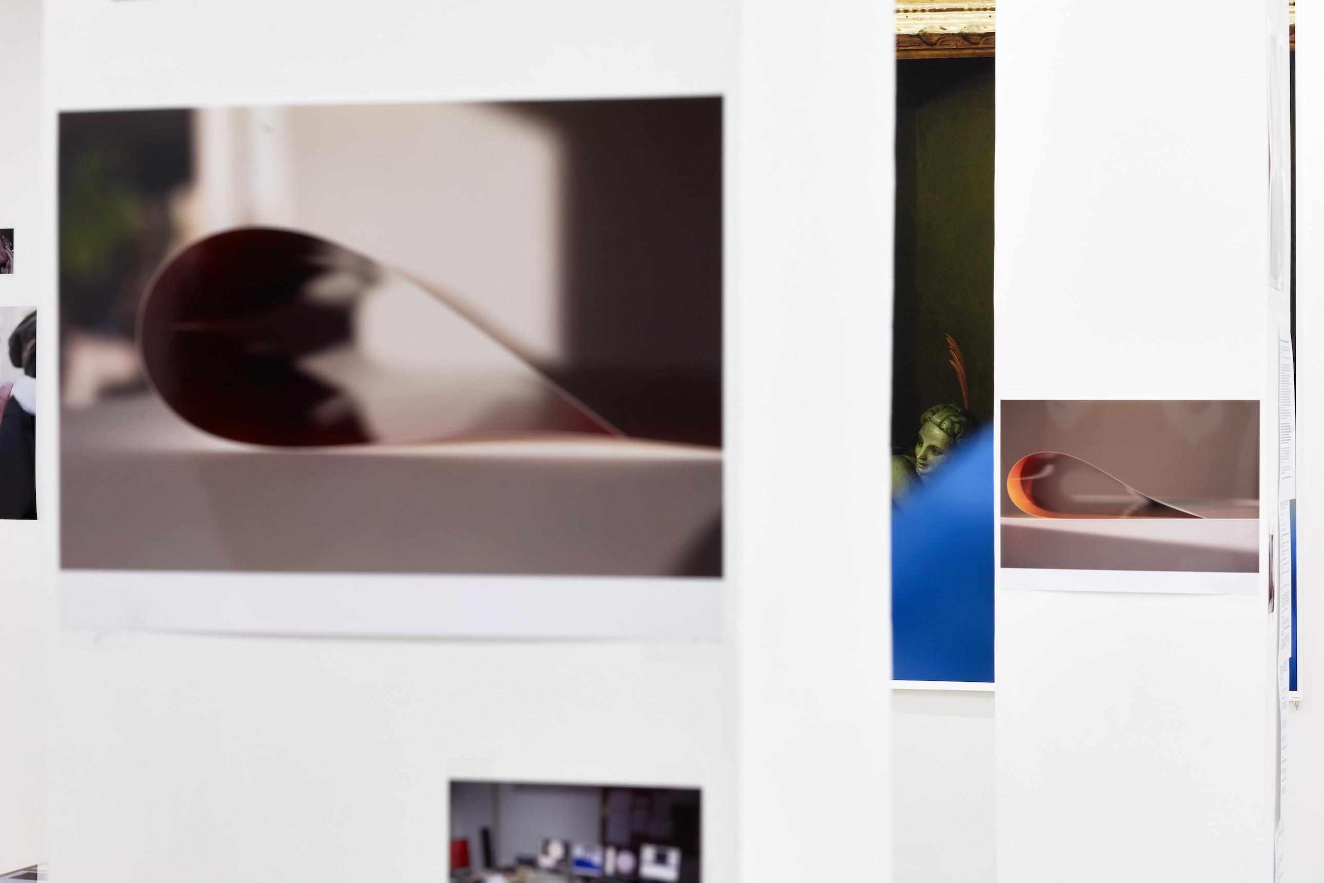 Wolfgang Tillmans: A te tested a tiéd. Kiállítási látkép, Trafó Galéria, 2021. Balra: paper drop (passage) V , 2019. Jobbra: paper drop (orange), 2019. Fotó: Biró Dávid
