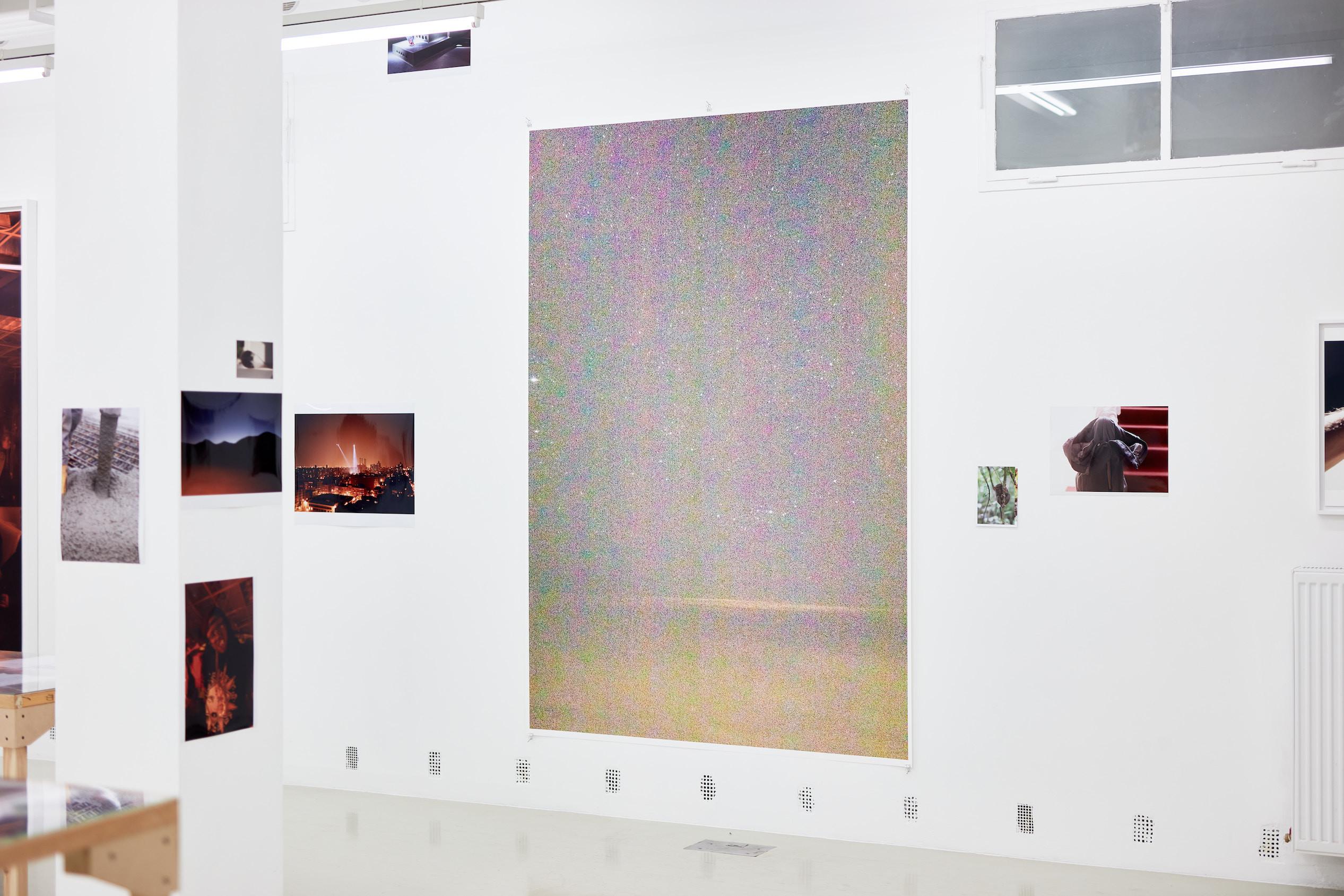 Wolfgang Tillmans: A te tested a tiéd . Kiállítási látkép, Trafó Galéria, 2021. Középen: crossing the international date line, 2020. Fotó: Biró Dávid