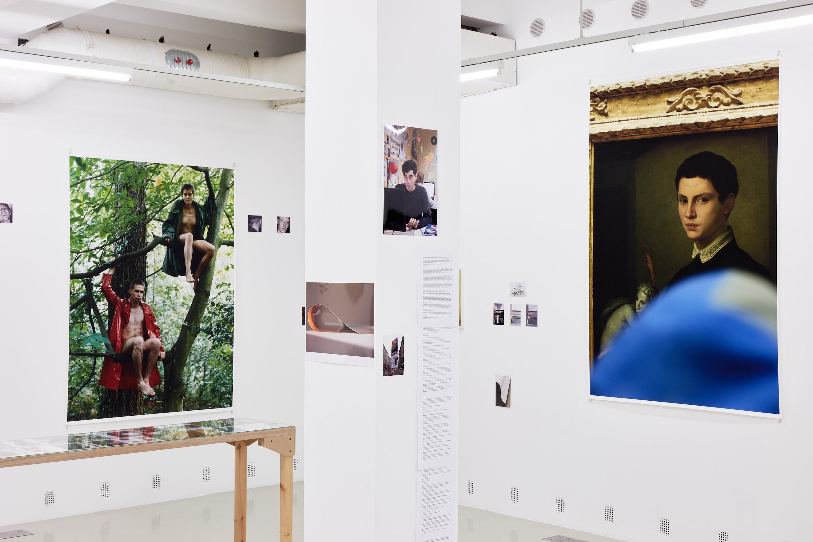Wolfgang Tillmans: A te tested a tiéd . Kiállítási látkép, Trafó Galéria, 2021. Balra: Lutz & Alex sitting in trees , 1992. Jobbra: Bronzino , 2015. Fotó: Biró Dávid