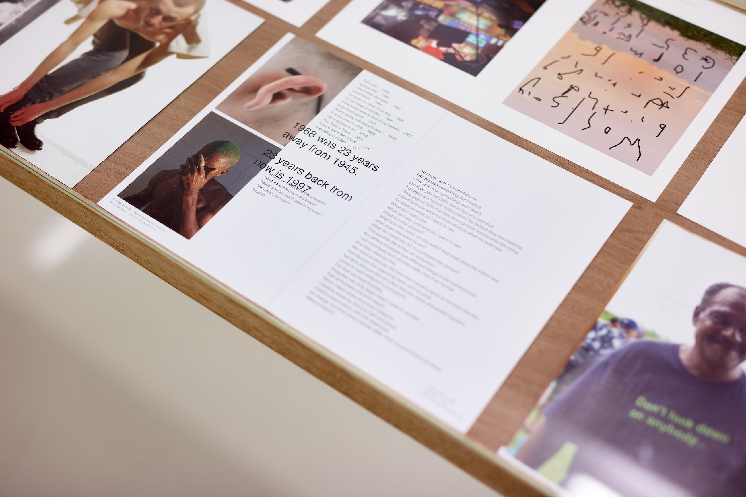 Wolfgang Tillmans: A te tested a tiéd . Kiállítási látkép, Trafó Galéria, 2021. Asztal lapokkal a 'four books', 2021 és a 'Wako Book 6' könyvekből, 2021 (részlet). Fotó: Biró Dávid