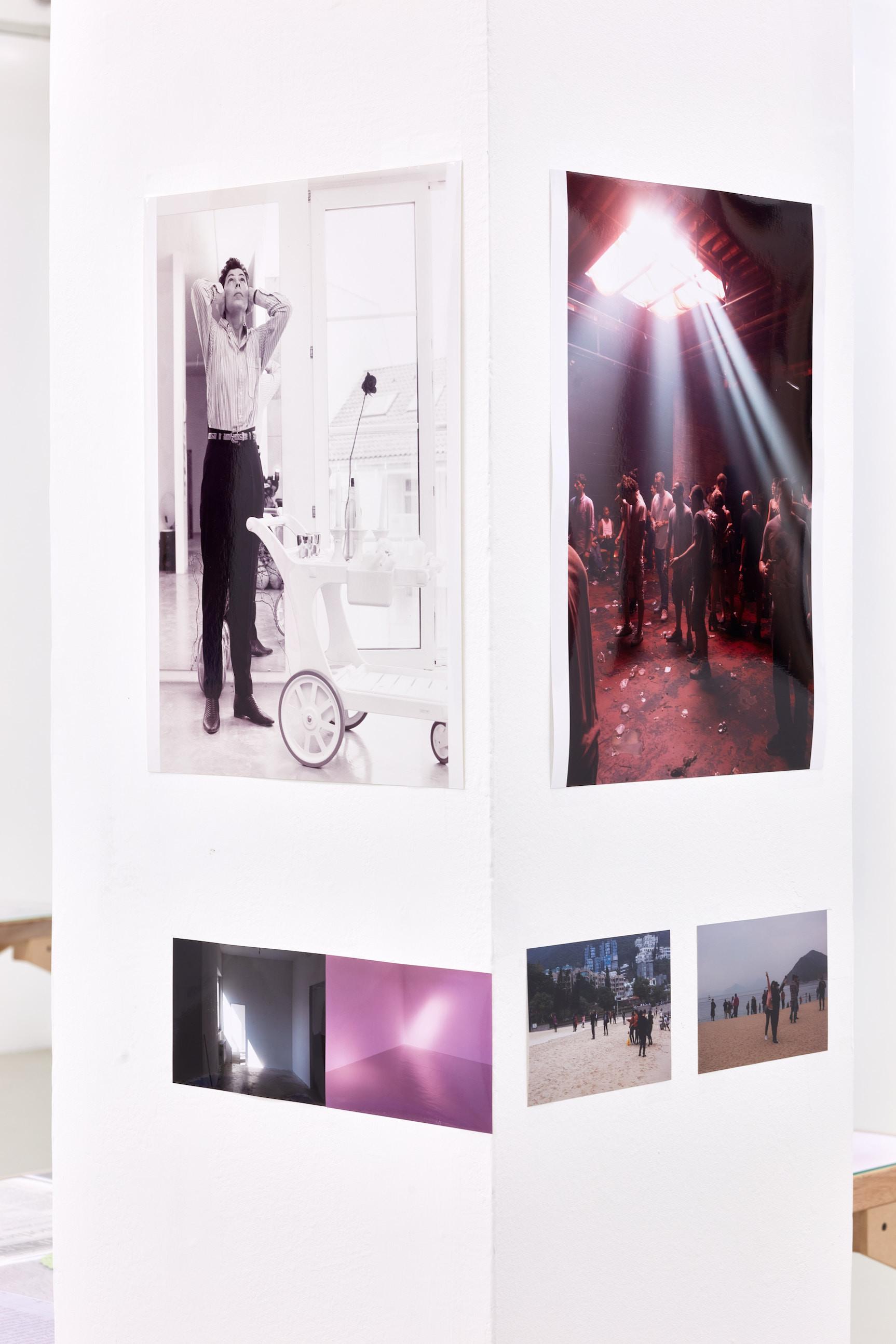 Wolfgang Tillmans: A te tested a tiéd . Kiállítási látkép, Trafó Galéria, 2021. Balra: Isa Genzken, 1993. Right: Resolute Rave, 2015. Fotó: Biró Dávid