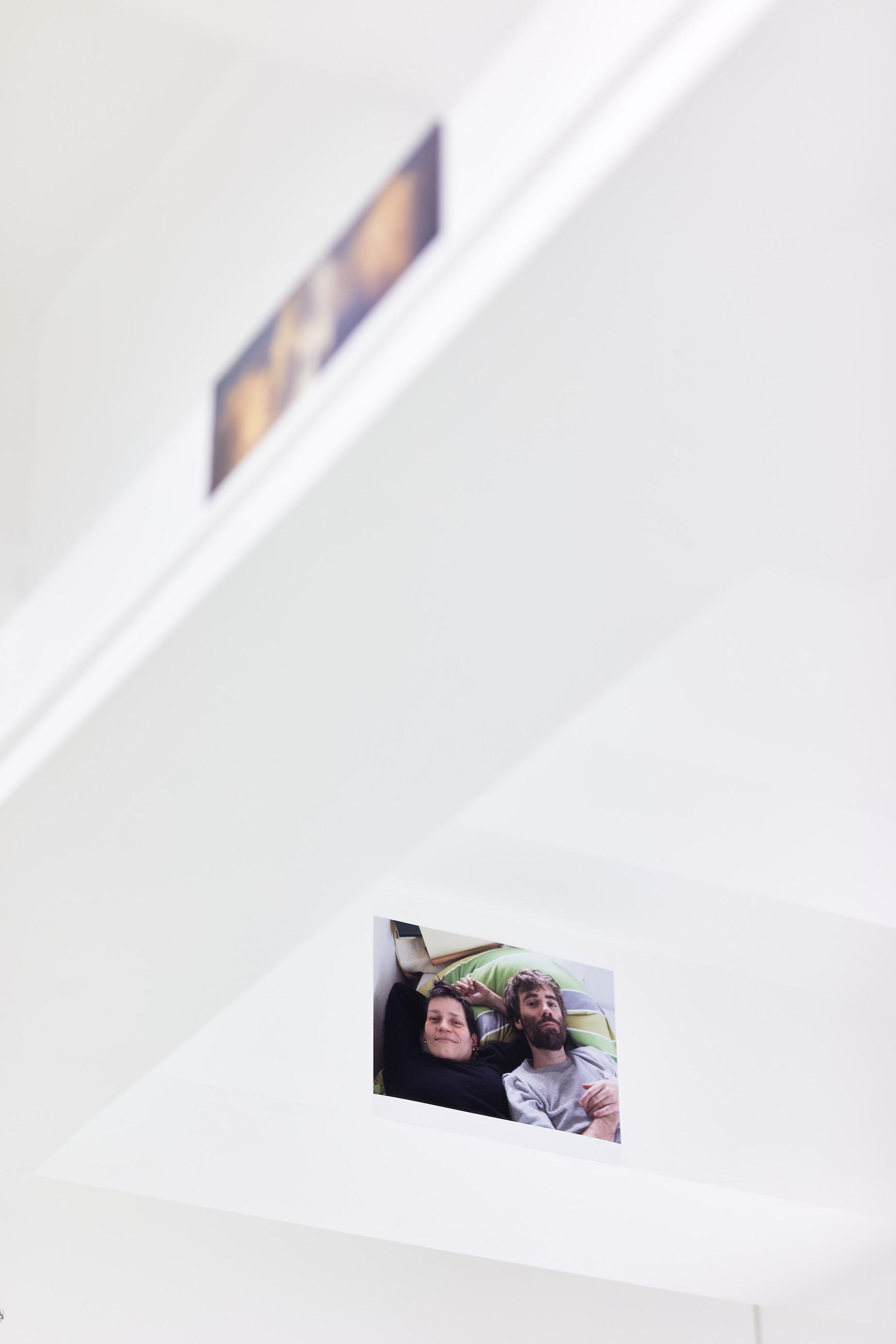 Wolfgang Tillmans: A te tested a tiéd . Kiállítási látkép, Trafó Galéria, 2021. Lent: Alex & Lutz, Hindemithstrasse, 2012. Fotó: Biró Dávid