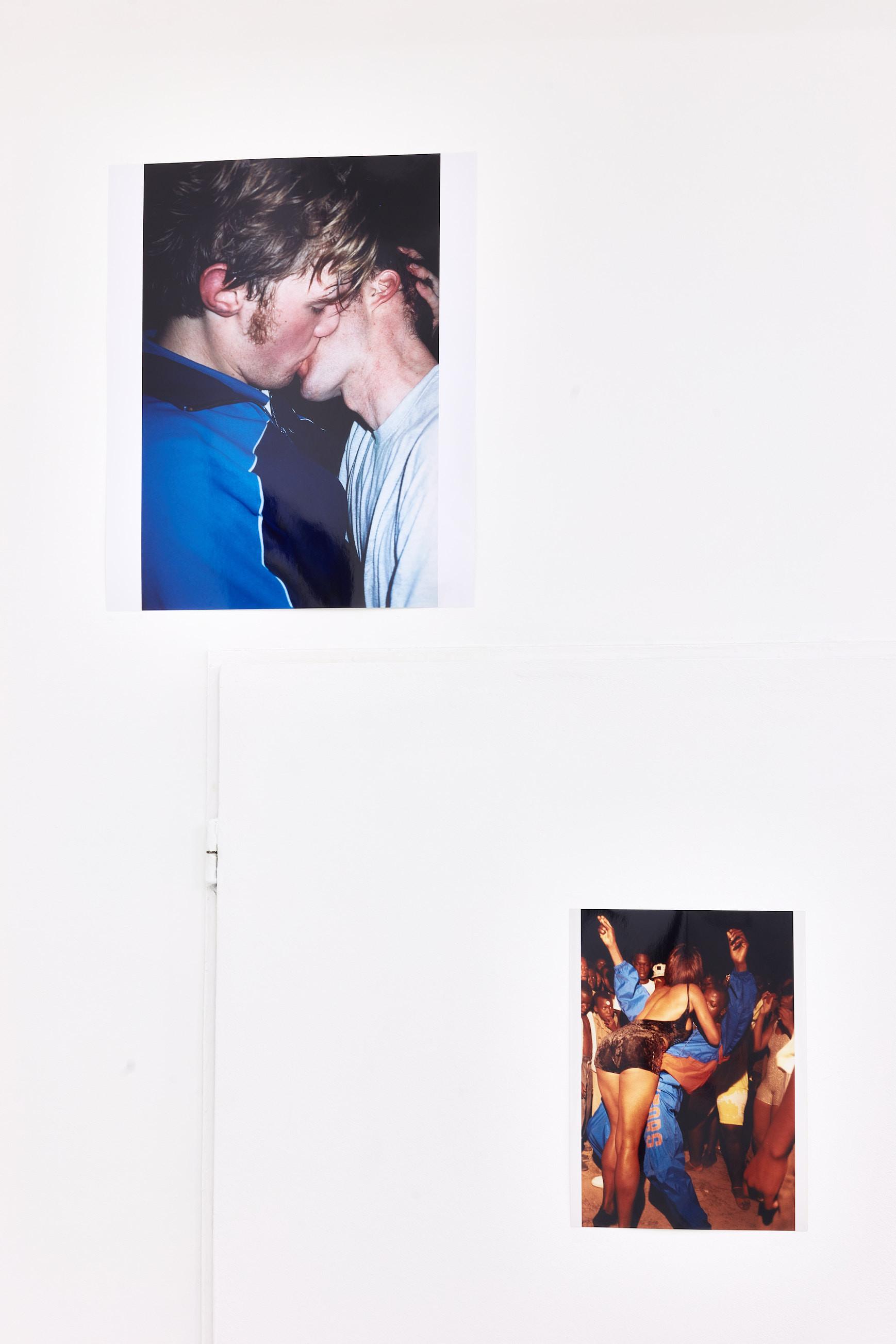 Wolfgang Tillmans: A te tested a tiéd . Kiállítási látkép, Trafó Galéria, 2021. Balra: The Cock (kiss), 2002. Jobbra: Ragga dancess, Kingston, 1992. Fotó: Biró Dávid