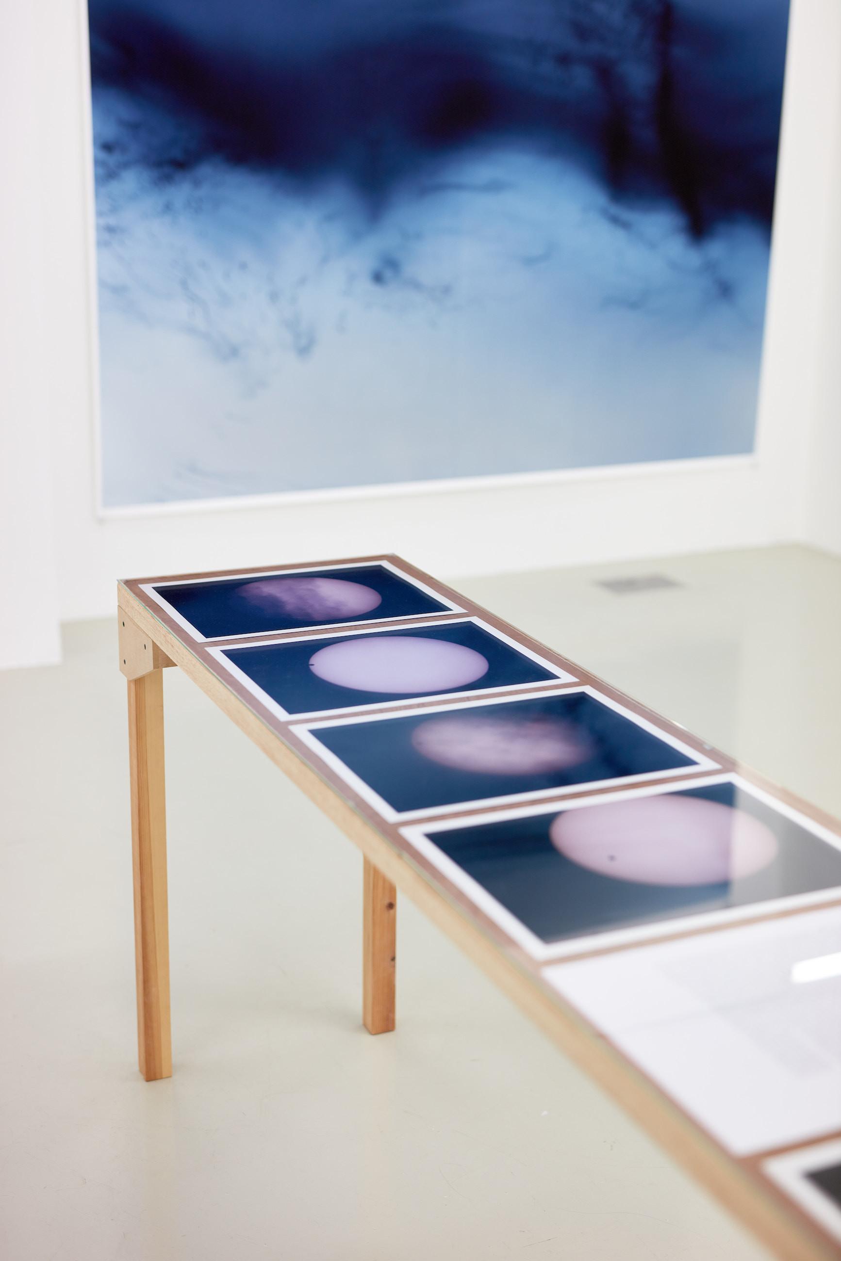Wolfgang Tillmans: A te tested a tiéd . Kiállítási látkép, Trafó Galéria, 2021. Középen: Venus Transit Table, 2004/2021. Fotó: Biró Dávid