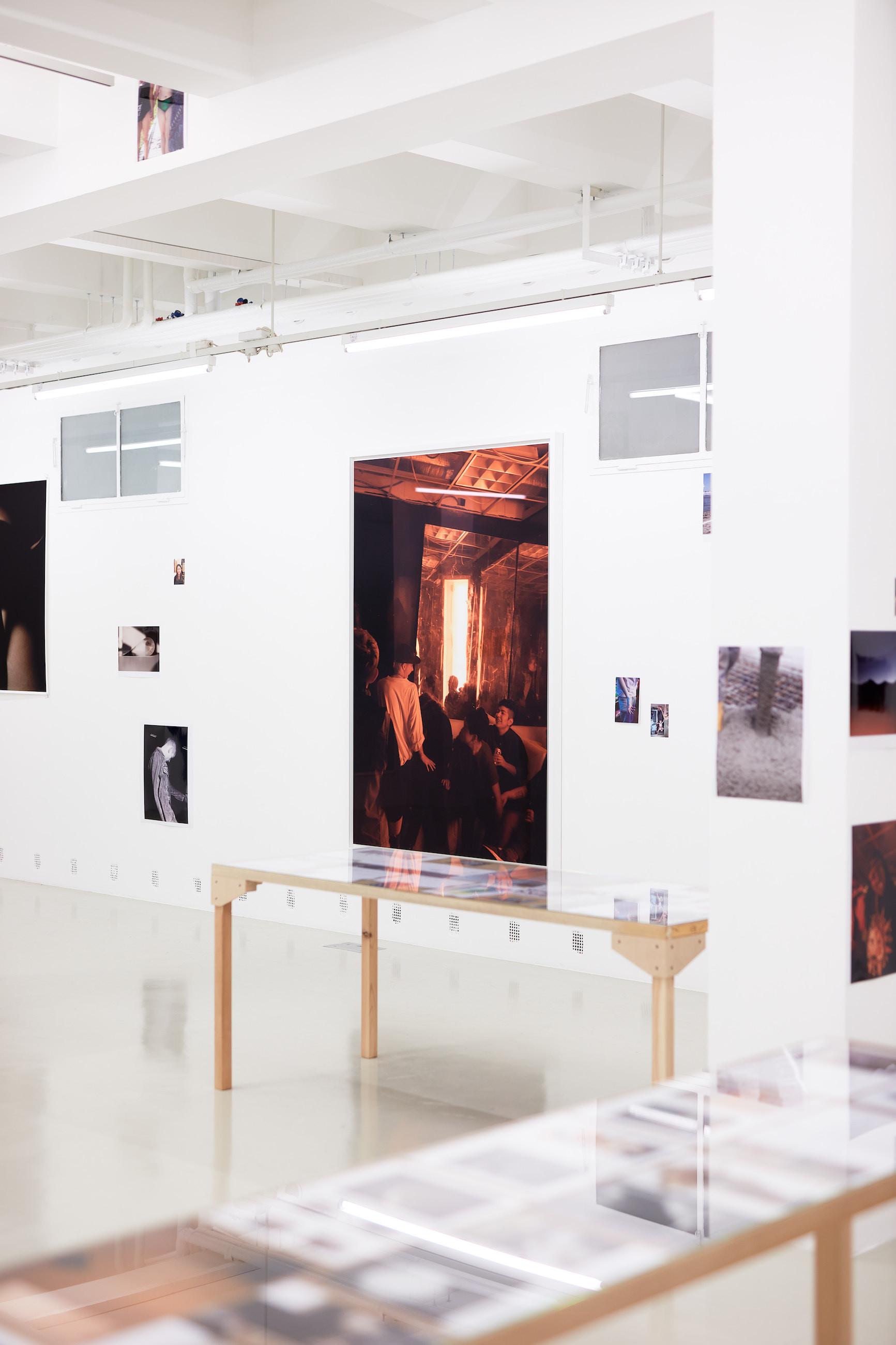 Wolfgang Tillmans: A te tested a tiéd . Kiállítási látkép, Trafó Galéria, 2021. Középen: The Spectrum/Dagger, 2014. Fotó: Biró Dávid