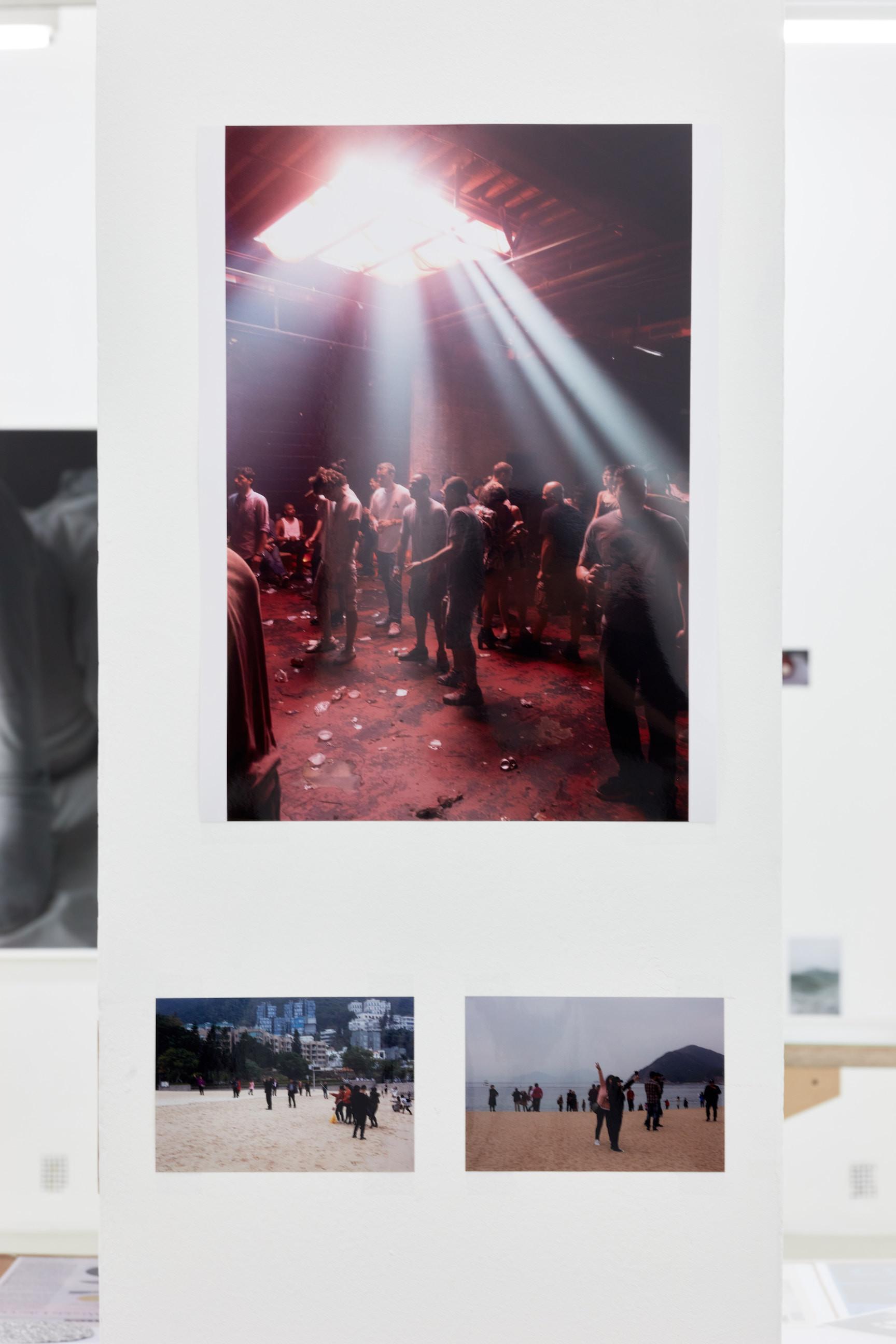 Wolfgang Tillmans: A te tested a tiéd . Kiállítási látkép, Trafó Galéria, 2021. Középen: Resolute Rave, 2015. Fotó: Biró Dávid