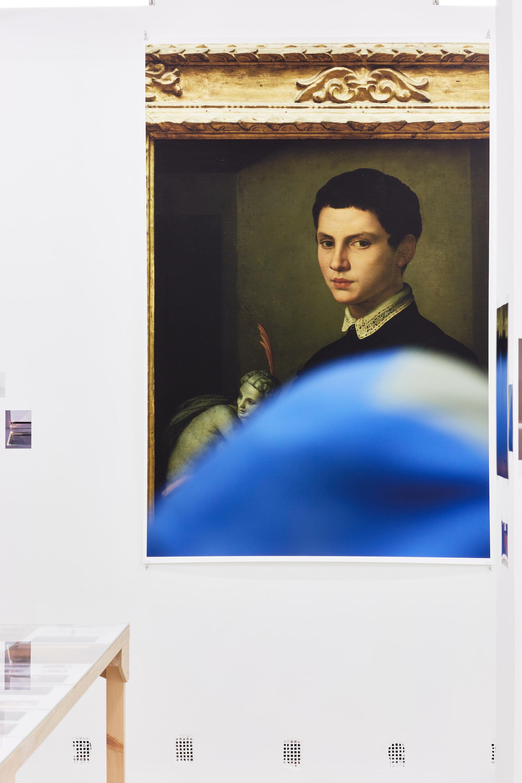 Wolfgang Tillmans: A te tested a tiéd. Kiállítási látkép, Trafó Galéria, 2021. Középen: Bronzino, 2015. Fotó: Biró Dávid