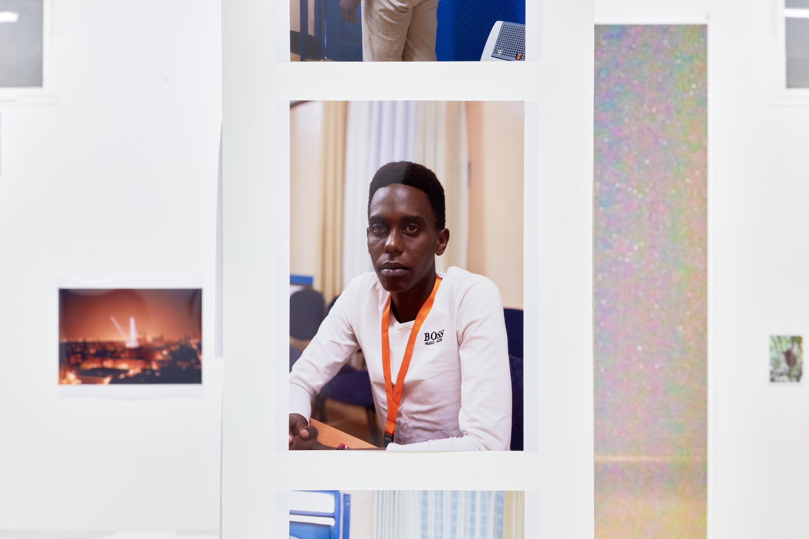 Wolfgang Tillmans: A te tested a tiéd. Kiállítási látkép, Trafó Galéria, 2021. Középen: Joseph, Kakuma, 2018. Fotó: Biró Dávid