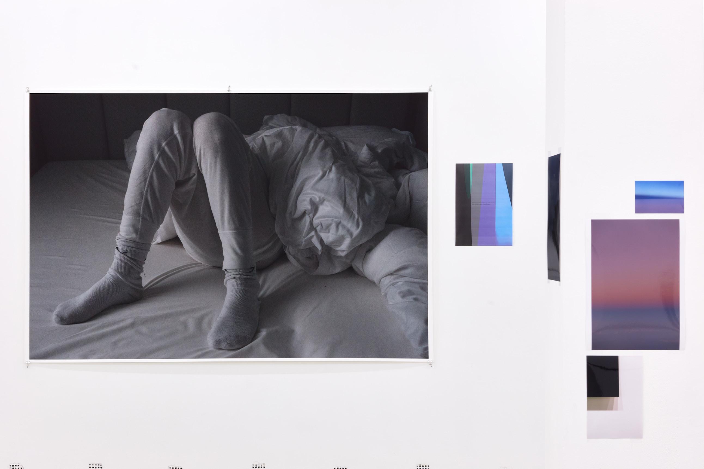 Wolfgang Tillmans: A te tested a tiéd. Kiállítási látkép, Trafó Galéria, 2021. Balra: Kammerspiele, 2016. Fotó: Biró Dávid