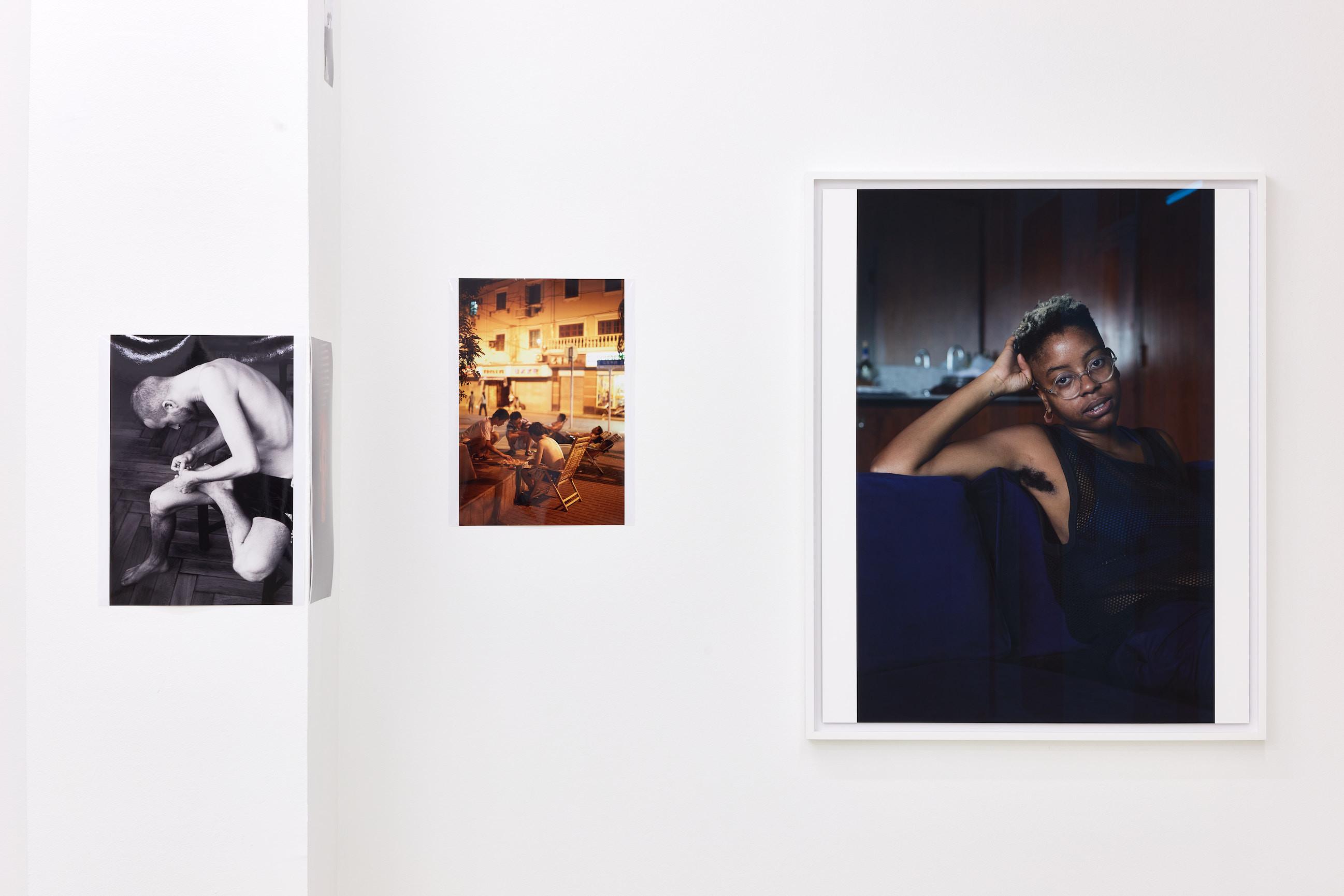 Wolfgang Tillmans: A te tested a tiéd . Kiállítási látkép, Trafó Galéria, 2021. Balra: Anders pulling splinter from his foot, 2004. Középen: Shanghai night, a, 2009. Jobbra: Yulan Grant, 2016. Fotó: Biró Dávid
