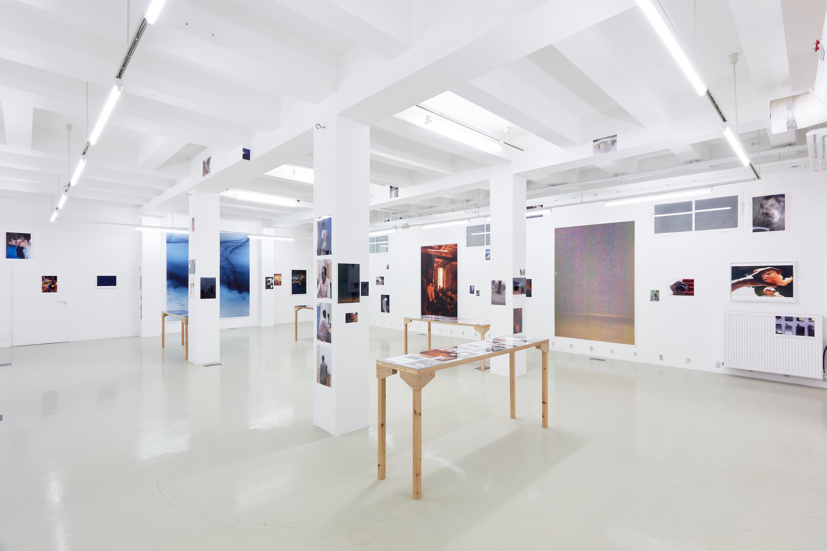 Wolfgang Tillmans: A te tested a tiéd . Kiállítási látkép, Trafó G aléria, 2021. Fotó: Biró Dávid