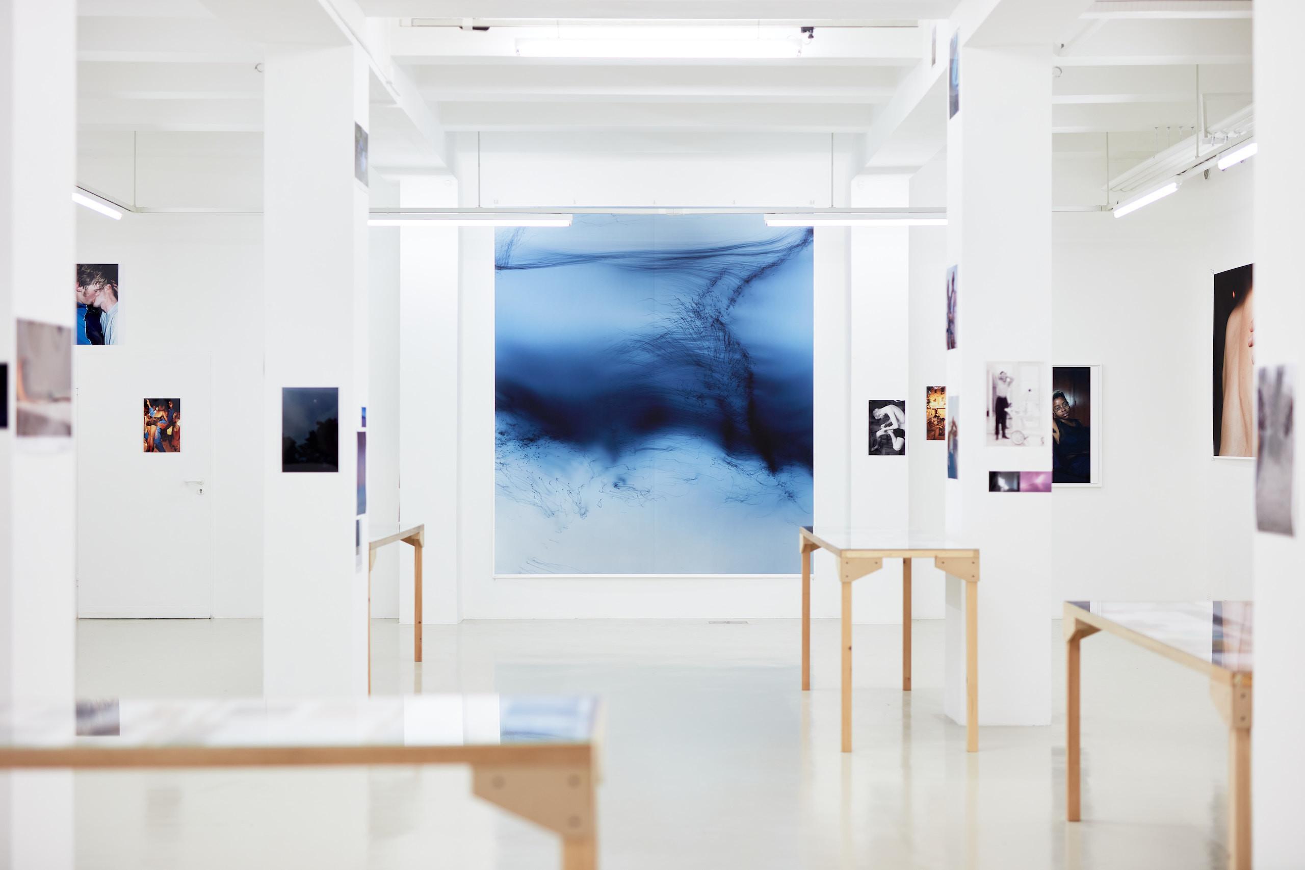 Wolfgang Tillmans: A te tested a tiéd . Kiállítási látkép . Trafó G aléria, 2021. Középen: Freischwimmer 203, 2012 . Fotó: Biró Dávid